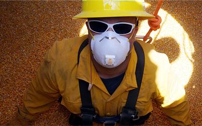 As silenciosas mortes de brasileiros soterrados em armazéns de grãos